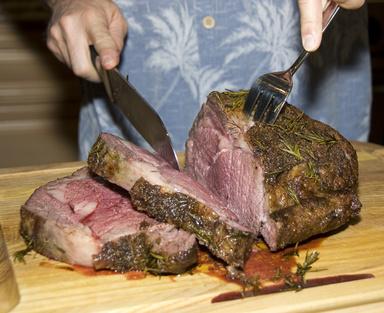aufgeschnittenes prime rib steak